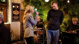 Alligatoah und Esther Graf singen bei Inas Nacht. © NDR/ Morris Mac Matzen Foto: Morris Mac Matzen