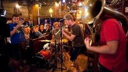 """Die Band LaBrassBanda bei ihrem Auftritt im """"Schellfischposten"""". © NDR Fernsehen Foto: Morris Mac Matzen"""