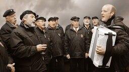 Der Shanty-Chor singt sich warm.  Fotograf: Christian Spielmann