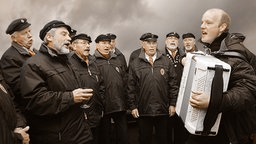 Der Shanty-Chor singt sich warm.  Foto: Christian Spielmann