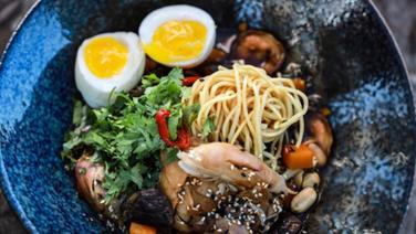 Ramen-Suppe mit Grünkohl und Ei