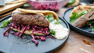 Reh-Kebab mit Naanbrot und Rotkohl-Salat