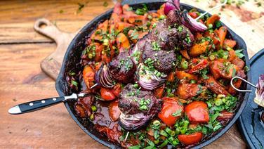 Schaschlik mit Röstgemüse und Salat