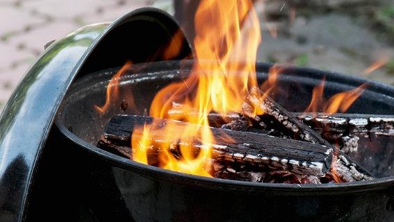Holzkohle brennt in einem Grill. © Colourbox Foto: Vrabel Peter