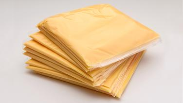 Stapel verpackter Schmelzkäsescheiben. © fotolia Fotograf: rdnzl