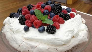 Baiser-Torte mit Beeren (Pavlova)