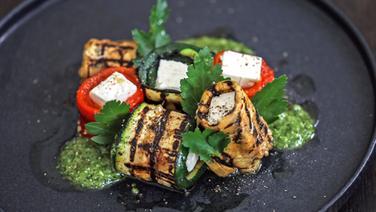 Gerolltes Grillgemüse mit Schafkäse und Pesto