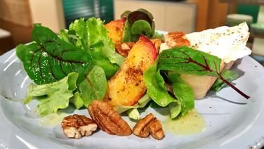 Salat mit Feta-Creme und gebratenem Pfirsich