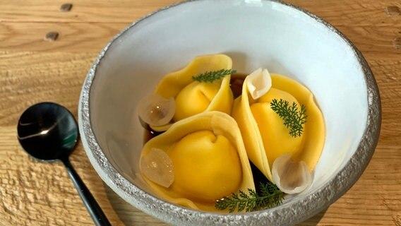 "Rezept ""Frischkäse-Tortelloni mit Pilztee und Perlzwiebeln"" | NDR.de - Ratgeber - Kochen"