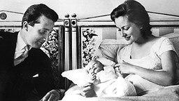 April 1960: Prinz Albert mit seiner Frau Paola und ihrem ersten Kind Philippe. © Picture-Alliance / dpa