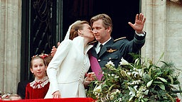 Prinz Phillipe und Prinzessin Mathilde nach ihrer Hochzeit am 4. Dezember 1999 © dpa Fotodienst