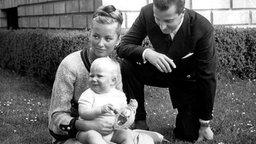 Prinz Albert und Prinzessin Paola mit Prinz Phillipe an seinem ersten Geburtstag 1961 © dpa-Fotoreport