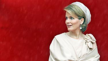 Mathilde, Kronprinzessin von Belgien, steht 2011 vor einer roten Wand. © picture alliance / dpa / Dutch Photo Press