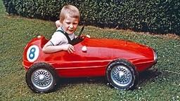 Prinz Philippe sitzt 1963 in einem roten Sportwagen-Spielzeugauto. © picture-alliance / dpa Fotograf: Sofam