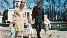 Prinz Philippe im Alter von fünf Jahren mit seinen Eltern und Geschwistern 1965 während eines Spaziergangs im Park. © picture-alliance / dpa Fotograf: Belga
