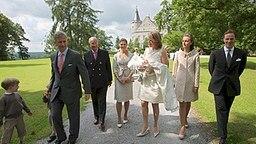 Die Taufgesellschaft ist 2008 auf dem Weg in die Kapelle von Schloss Ciergnon. © dpa Bildfunk