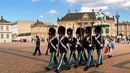 Wachwechsel vor Schloss Amalienborg in Kopenhagen © Picture-Alliance / dpa / Photoshot