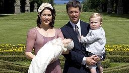 1. Juli 2007: Prinzessin Mary mit Täufling Isabella und Kronprinz Frederik mit Sohn Christian im Park von Schloss Fredensborg © dpa Bildfunk