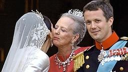 14. Mai 2004: Nach der Trauung nimmt Königin Margrethe die frischgebackene Schwiegertochter Prinzessin Mary in den Arm © Picture-Alliance / dpa Fotograf: Frank Rumpenhorst