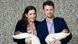 Am 14. Januar 2011 präsentieren Kronprinz Frederik und Prinzessin Mary der Öffentlichkeit ihre Zwillinge. © dpa Bildfunk Fotograf: Keld Navntoft