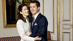 Mary Donaldson und Kronprinz Frederik bei ihrer Verlobung im Jahr 2003 © Picture-Alliance / dpa / Polfoto