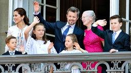 Kronprinz Frederik (M) winkt anlässlich seines 50. Geburtstags zusammen mit Königin Margrethe II. (hinten r), Kronprinzessin Mary (hinten l), Prinz Vincent (vorne l-r), Prinzessin Isabella, Prinzessin Josephine und Prinz Christian vom Balkon am Schloss Amalienborg im Stadtzentrum. © Ritzau Scanpix/AP/dpa Fotograf: Henning Bagger