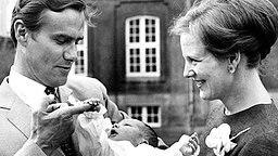 1. Juni 1968: Prinzgemahl Henrik und Königin Margrethe präsentieren ihren wenige Tage alten Sohn, Prinz Frederik © Picture-Alliance / dpa / Polfoto