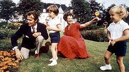 14. August 1972: Prinzgemahl Henrik, Königin Margrethe, Prinz Frederik (links) und Prinz Joachim genießen die Sommerfrische auf Schloss Marselisborg © Picture-Alliance / dpa / Polfoto
