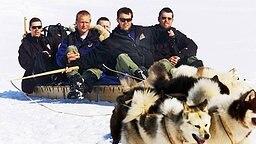7. Juni 2000: Prinz Frederik (zweiter von rechts) beim traditionellen Hundeschlittenrennen im grönländischen Quanaag © Picture-Alliance / dpa / Polfoto