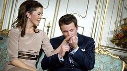 Kronprinz Frederik von Dänemark küsst die Hand seiner Verlobten Mary Donaldson am 8.10.2003.  © polfoto/dpa Fotograf: Polfoto Lunde