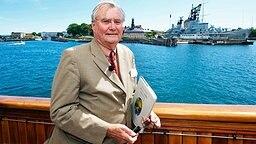 An Bord der königlichen Jacht Dannebrog stellt Prinz Henrik einen seiner Gedichtbände vor © Picture-Alliance / dpa / Polfoto