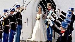 24. Mai 2008: Regimentsoffiziere bilden zu Ehren des Brautpaares Prinz Joachim und Prinzessin Marie eine Gasse © dpa Bildfunk Foto: Carsten Rehder