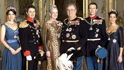 Familienfoto der dänischen Königsfamilie aus dem Jahr 2009: Prinzessin Mary (von links nach rechts), Kronprinz Frederik, Königin Margrethe, Prinzgemahl Henrik, Prinz Joachim und Prinzessin Marie © dpa Bildfunk Foto: Steen Evald