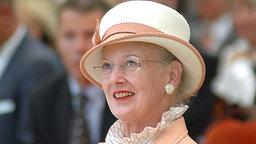 Königin Margrethe bei der Eröffnungsfeier in der Schulturnhalle. © Picture-Alliance / dpa Foto: Jens Ressing