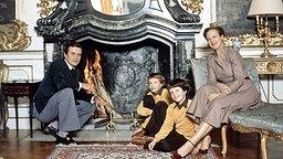 1980: Die dänische Königin Margrethe und Prinz Hendrik sitzen mit den beiden Söhnen Prinz Frederik (rechts) und Prinz Joachim vor einem Kamin © Picture-Alliance / dpa / Polfoto Foto: Elfeldt