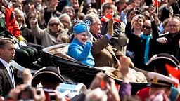 Zum 70. Geburtstag von Königin Margrethe am 16. April 2010 fährt das Königspaar in einer Kutsche durch Kopenhagen © dpa Bildfunk