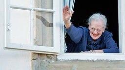 An ihrem 75 Geburtstag winkt Königin Margrethe Fans aus einem Fenster von Schloss Christiansborg zu. © dpa Foto: Patrick van Katwijk