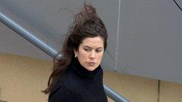 Mary Donaldson, damals die neue Freundin des dänischen Kronprinzen Frederik, verlässt am 20. November 2001 ihre Arbeitsstelle in Sydney.  © dpa/polfoto Fotograf: Polfoto Poulsen