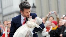 Kronprinz Frederik hält am 14. April 2011 vor der Taufe einen der beiden Zwillinge im Arm. © dpa-Bildfunk