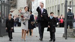 Prinz Joachim, Prinzessin Marie und ihre Kinder Prinz Nikolai (rechts), Prinz Felix (links) und Prinz Henrik am 14. April 2011 vor der Taufe der beiden Zwillinge. © dpa-Bildfunk
