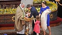 Bischof Erik Normann Svendsen (links) tauft am 14. April 2011 Prince Vincent und Prinzessin Josefine (im Arm der Mutter), während Prinzessin Isabella (vorne) und Prinz Christian (hinten) zusehen. © picture alliance / dpa