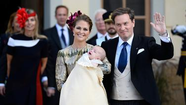 Prinzessin Madeleine mit Täufling Prinz Nicolas Paul Gustaf und ihrem Ehemann Christopher O'Neill. © dpa Bildfunk Foto: Claudio Bresciani