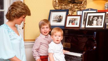 """Prinzessin Diana sitzt im Kensington Palace mit ihren Söhnen William und Harry am Klavier. Foto zur Dokumentation """"Unsere Mutter Diana - Ihr Leben und ihr Vermächtnis""""am Montag 21.08.17 um 20:15 Uhr im Ersten. © NDR/Getty Images Fotograf: Tim Graham"""