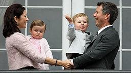 Prinzessin Mary mit Tochter Isabella und Prinz Frederik mit Sohn Christian auf dem Arm.  © dpa/RoyalPress Fotograf: RoyalPress Albert Nieboer