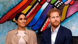 Prinz Harry (Mitte), Herzog von Sussex, und seine Frau Meghan (l.), Herzogin von Sussex, besuchen mit Neuseelands Premierministerin Jacinda Ardern eine Wohltätigkeitsveranstaltung in Auckland. © picture alliance / empics Foto: Kirsty Wigglesworth