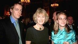 Camilla Parker Bowles 1996 mit ihren Kindern Tom und Laura auf einer Party im Ritz Hotel, London. © dpa / Picture alliance