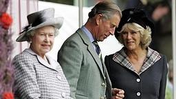 Queen Elizabeth (links), Prinz Charles (Mitte) und Camilla am 5. Juni 2006 bei den Highland Games in Braemar © Picture-Alliance / dpa Fotograf: Andrew Milligan