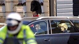 9. April 2005: Camilla Parker Bowles verlässt am frühen Morgen ihres Hochzeitstages in einer Limousine Clarence House in London in Richtung Windsor © Picture-Alliance / dpa Fotograf: Andrew Stuart