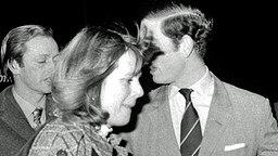 Schnappschuss aus dem Jahr 1975: Prinz Charles und Camilla auf dem Weg ins New London Theatre © Picture-Alliance / dpa