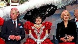 Charles und Camilla besuchen ein Musical in San Francisco und nehmen eine der Darstellerinnen mit einem überdimensionalen Hut in ihre Mitte © Picture-Alliance / dpa Fotograf: Paul Sakuma